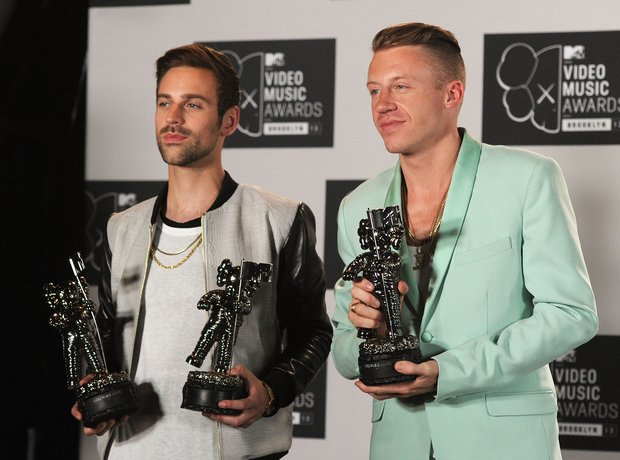Macklemore & Ryan Lewis holding MTV VMAs 2013 awards