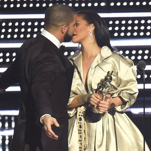 Drake presents Rihanna with award MTV VMAs 2016