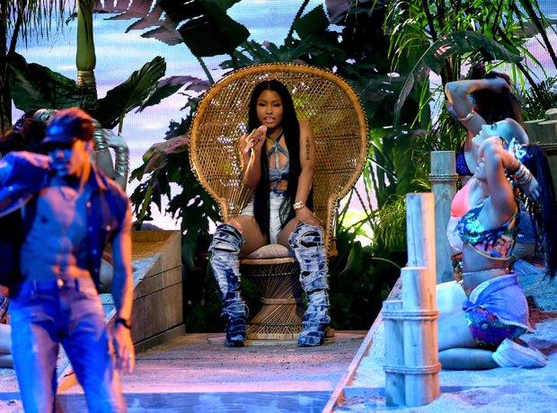 Nicki Minaj Throne AMAs 2016